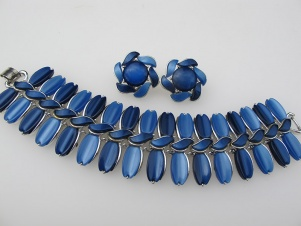 1960s LISNER chunky two tone blue thermoset bracelet earrings